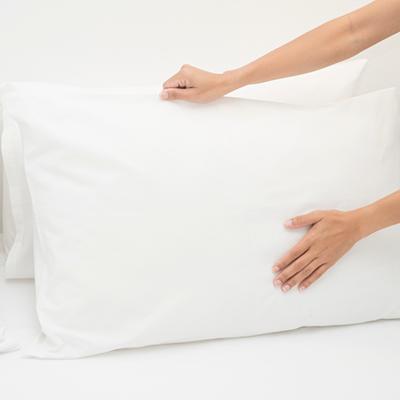 枕の裏側の湿気を防ぐため朝立てかける